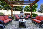 Terraza clásica con muebles de mimbre negro