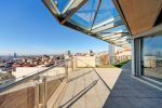 Terraza urbana con techo acristalado