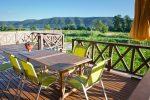 Terraza moderna con muebles verde pistacho
