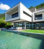 Terraza estilo minimalista con césped
