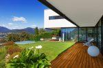 Terraza moderna con piscina y césped