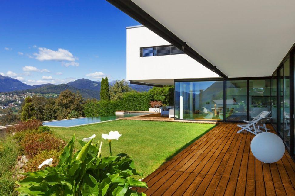 Terraza moderna con piscina y c sped fotos para que te for Terrazas piscinas fotos