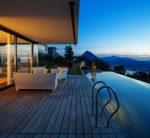 Terraza mediterránea con muebles blancos