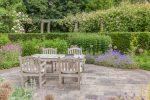 Terraza rústica con elementos vegetales