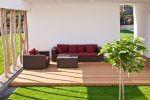 Terraza minimalista con tarima de madera