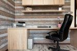 Despacho ecléctico con revestimiento de madera