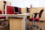 Despacho moderno con elementos granate