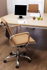Despacho moderno con parquet