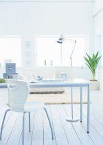 Despacho vintage con suelo blanco