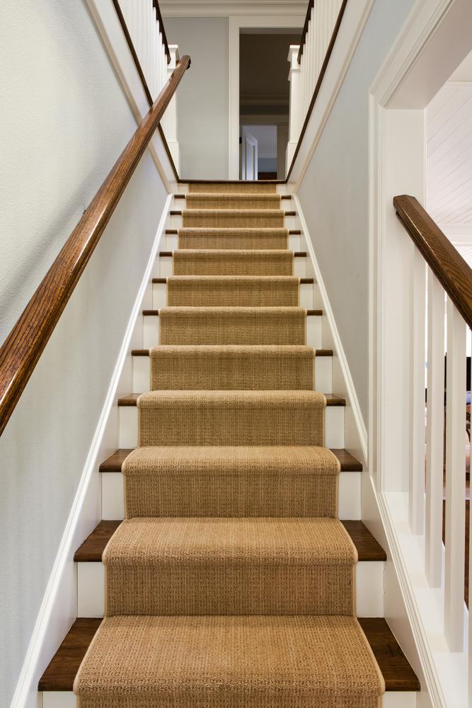Escalera cl sica con alfombra beige fotos para que te for Escaleras con alfombra