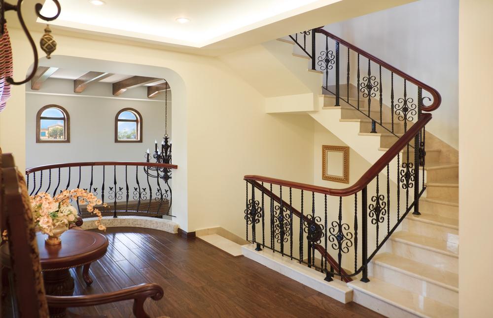 Escalera de m rmol en ele fotos para que te inspires for Salones con escaleras interiores