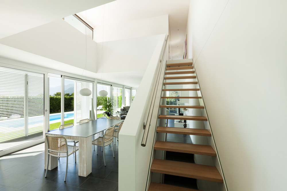 escalera flotante de madera con barandilla