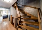 Escalera de madera rústica