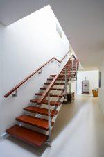 Escalera de madera recta