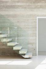 Escalera de piedra con barandilla de cristal
