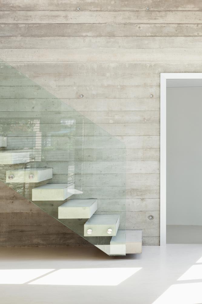 Escalera de piedra con barandilla de cristal fotos para for Barandillas de cristal para escaleras interiores