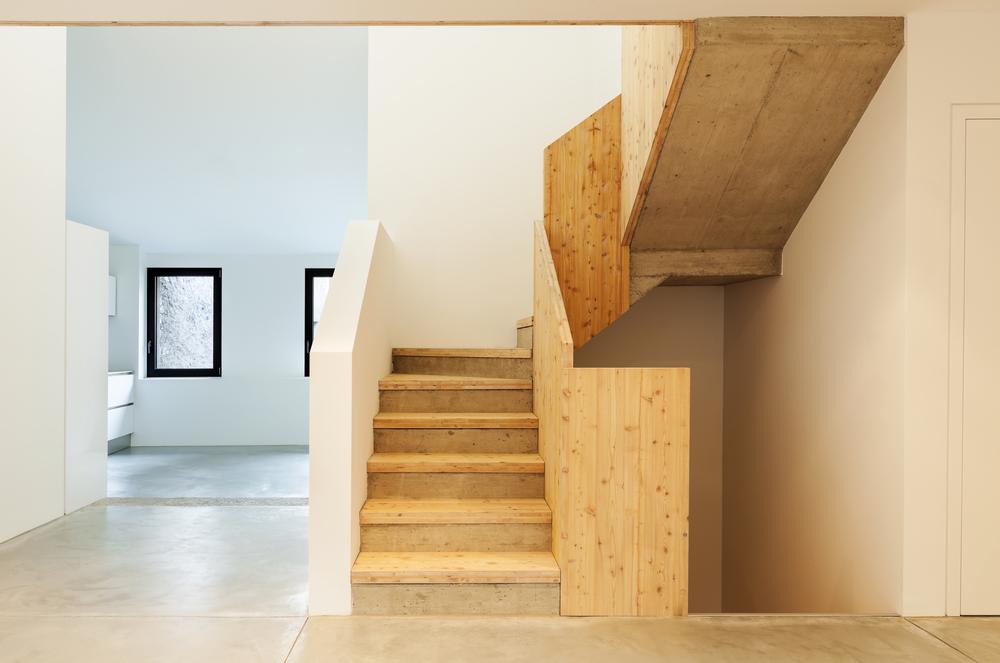Escalera en ele de madera clara fotos para que te for Escaleras para casas de 2 pisos