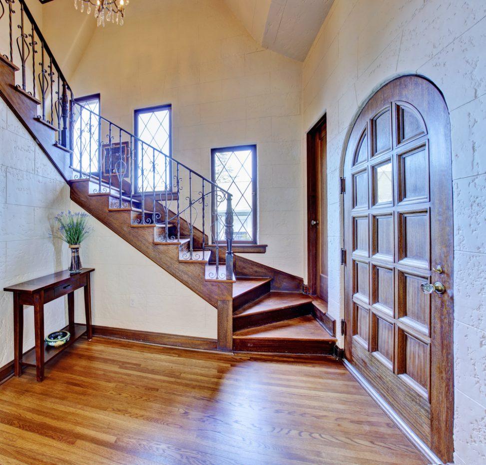 Escalera r stica con pasamanos de hierro forjado fotos for Escaleras interiores casas rusticas