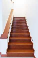 Escalera recta clásica de madera