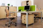 Oficina de estilo nórdico con suelo de parquet