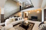 Salón ecléctico con escalera flotante de madera