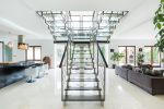 Salón comedor con escalera moderna metálica