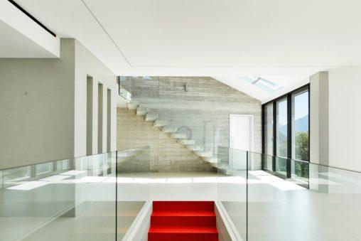 saln minimalista con dos escaleras