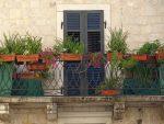 Fachada mediterránea con balcón