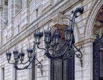 Fachada neoclásica con lámparas de pared
