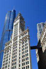 Rascacielos con fachada clásica y reloj