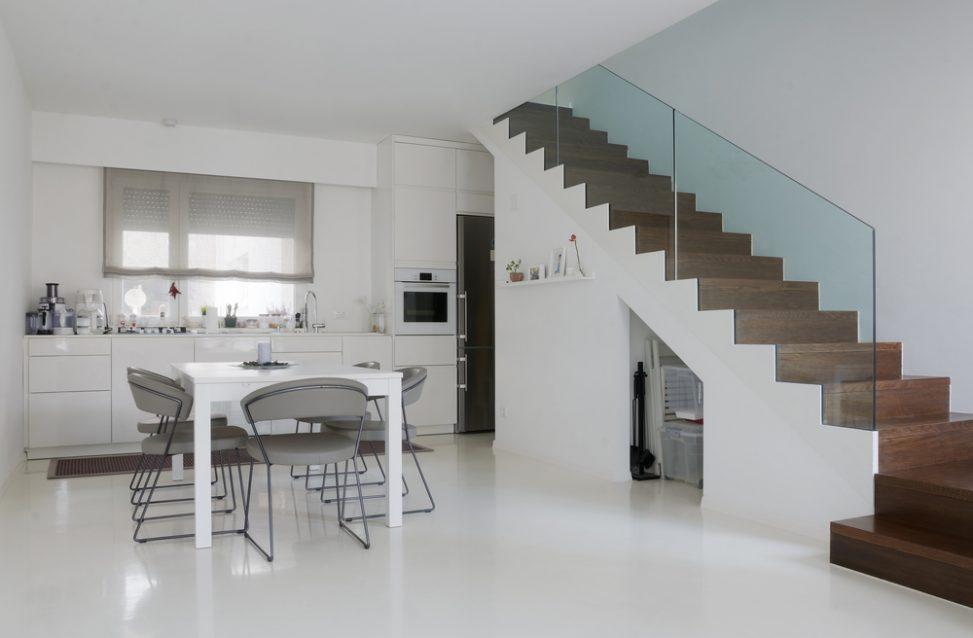 Cocina comedor minimalista con escalera de madera fotos for Escalera de cocina