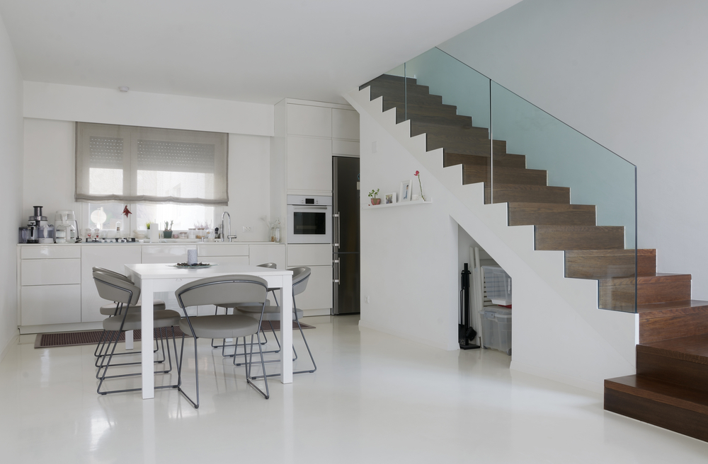 Cocina comedor minimalista con escalera de madera fotos for Piso cocinas minimalistas