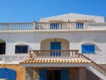 Fachada mediterránea con persianas azules