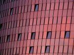 Fachada curva con revestimiento rosado