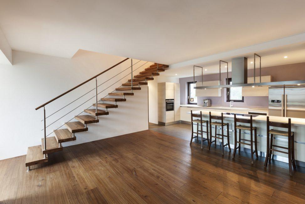 Sal n cocina con escalera de madera fotos para que te for Salones con escaleras interiores