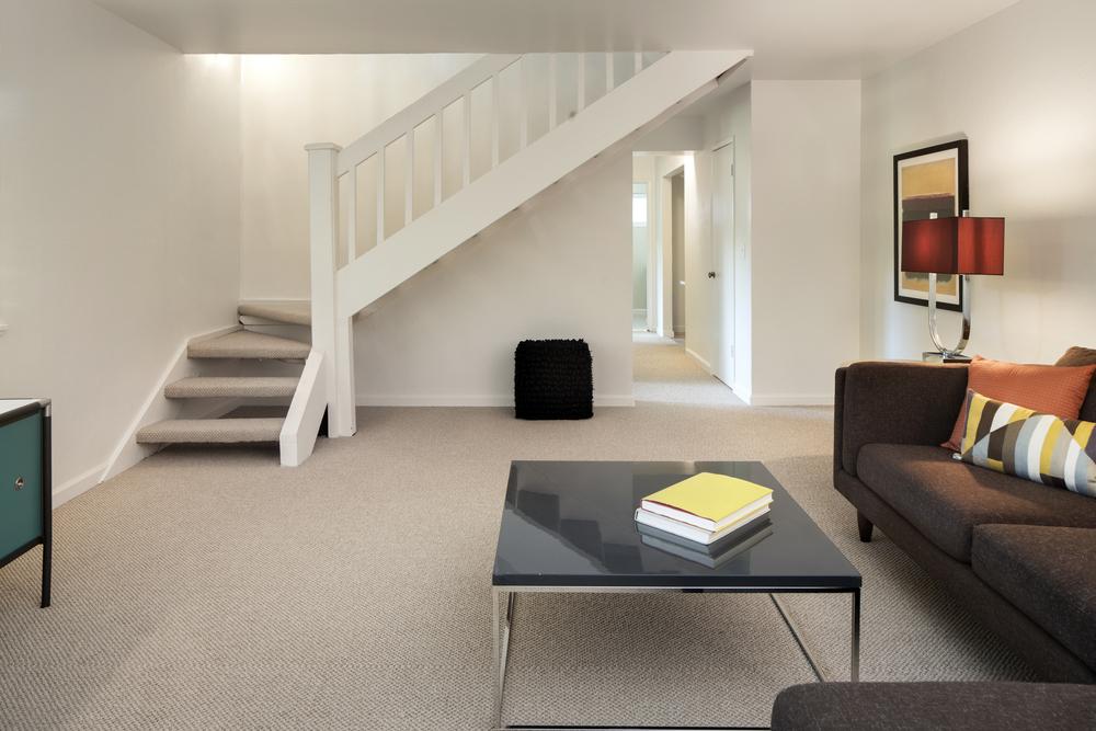 Sal n moderno con escalera en ele fotos para que te for Salones con escaleras interiores