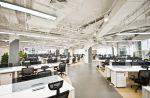 Oficina de estilo industrial con fluorescentes