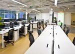 Oficina ecléctica con escritorios blancos