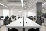 Oficina minimalista con suelos blancos