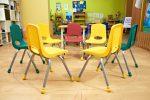 Salón de juegos moderno con sillas de plástico y metal