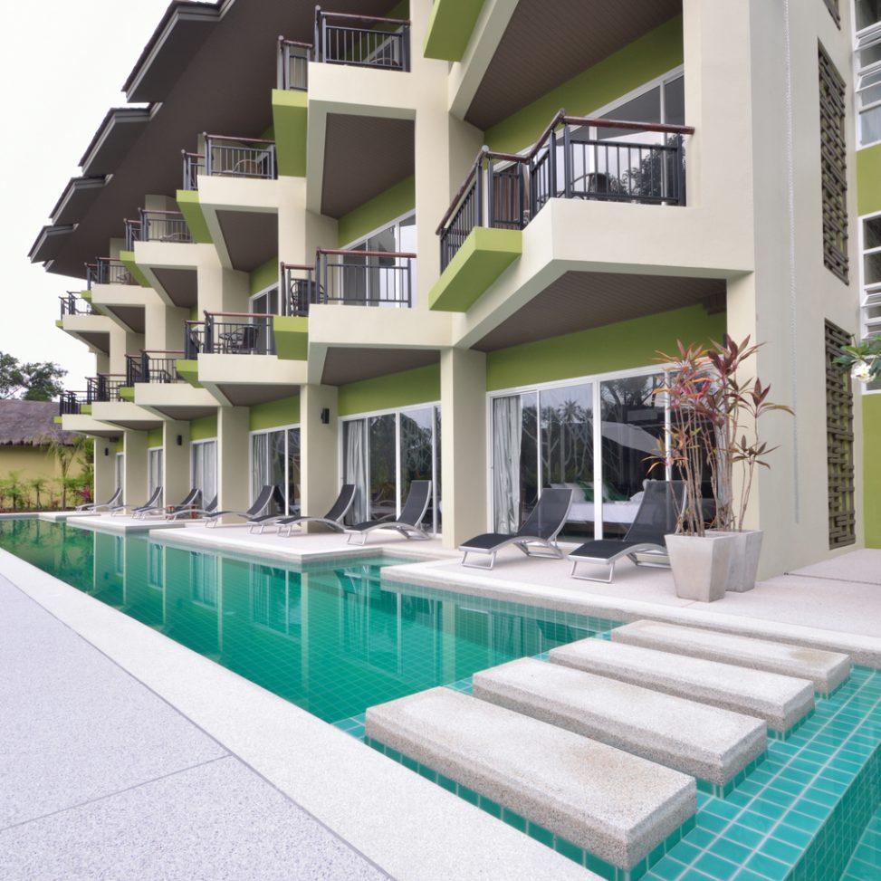Piscina moderna con zona de paso fotos para que te for Terrazas piscinas fotos