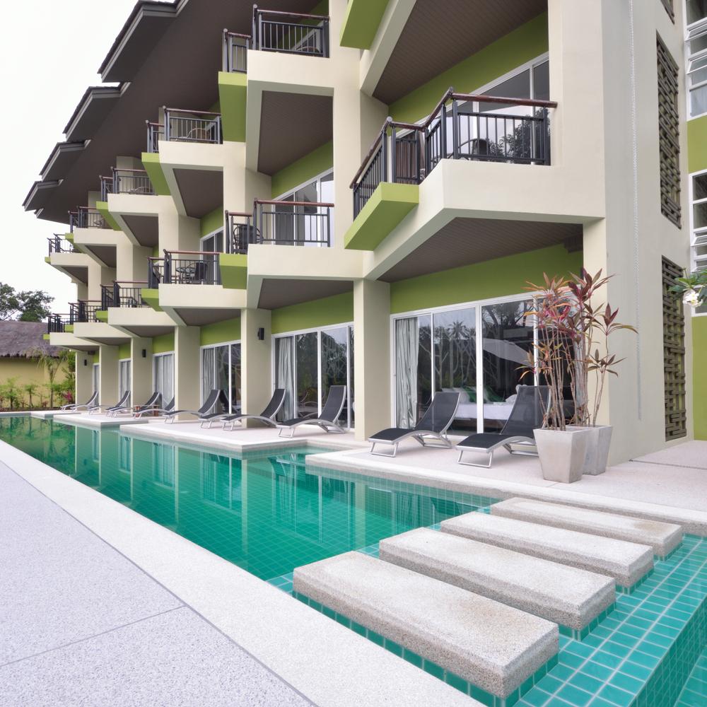 Piscina moderna con zona de paso fotos para que te for Casa moderna piscina