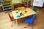 Salón de juegos con mesa rectangular
