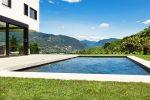 Piscina minimalista con acceso a terraza