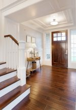 Recibidor clásico con escalera de madera