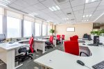 Oficina moderna con sillas rojas