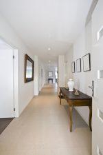 Recibidor clásico con paredes blancas