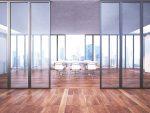 Oficina minimalista con ventanales