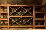 Bodega rústica con estanterías de madera