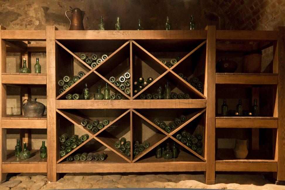 Bodega r stica con estanter as de madera fotos para que - Muebles para bodegas rusticas ...